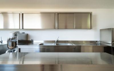 Pulire l'acciaio: cappa, cucina e attrezzi della casa tornano lucidi e puliti con rimedi naturali