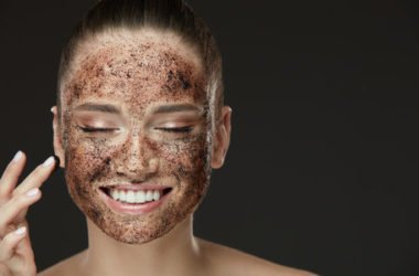 Tutti i segreti del peeling per dare nuova vita alla pelle di viso e corpo