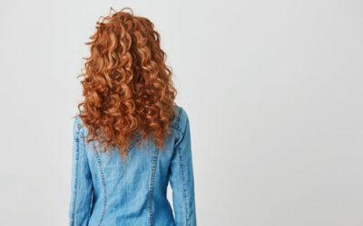 Piccoli consigli per curare i capelli ricci in modo naturale: districarli, nutrirli e renderli splendenti