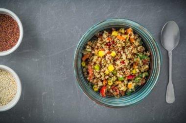 Una ricetta di quinoa con piselli e mais, da arricchire e personalizzare a piacere