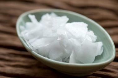 Quello che c'è da sapere sulla soda caustica, usata per le pulizie di casa, ma non solo