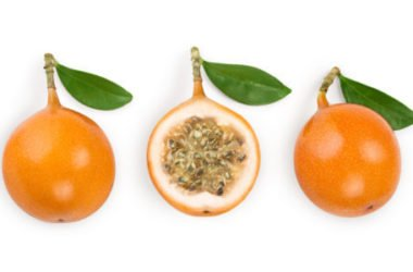 La granadilla, un frutto tropicale chiamato anche maracuja gialla da mangiare con il cucchiaino