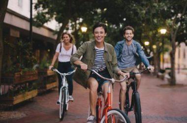 Un km in bici fa guadagnare la società, in macchina la fa perdere: quanto lo dice uno studio danese
