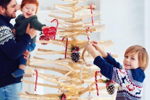 10 idee di albero di Natale fai da te: in materiale riciclato, in cartone, in plastica…