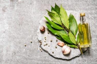 L'olio di alloro è usato per profumare armadi, ma è ideale per dolori muscolari e articolari, in seguito a traumi