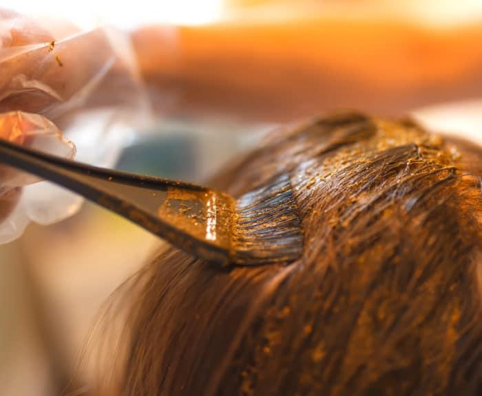 Tingere i capelli con colori naturali